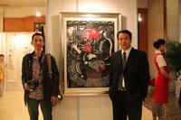 學生作品《母愛》參加亞洲教育論壇畫展(左爲指導教師:王曉華)